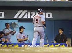 本塁打を放ち生還した清原はナインの出迎えを無視してベンチへ戻る