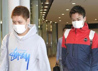 緊急帰国した田児選手(左)と桃田選手(右) (出典:http://mainichi.jp/)