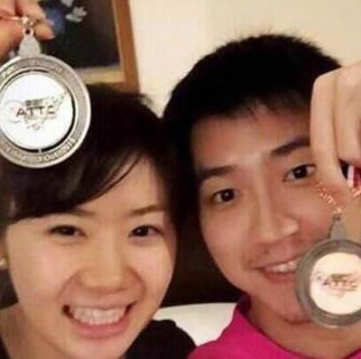 福原愛 江宏傑 仲良くメダルを持って写真を撮影