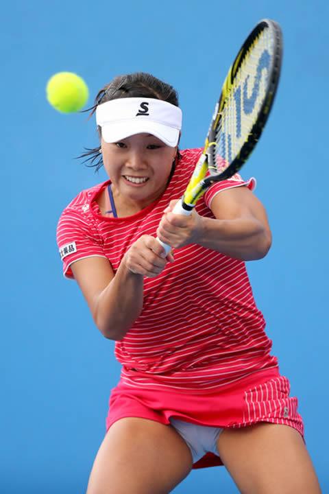 奈良くるみ テニスプレイ中の筋肉質の太もも チラ画像